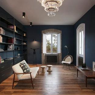 Esempio di un soggiorno industriale di medie dimensioni e chiuso con pareti blu, pavimento in legno massello medio e pavimento marrone
