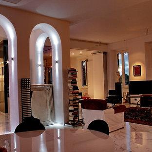 ローマの広いエクレクティックスタイルのおしゃれなLDK (ライブラリー、白い壁、大理石の床、横長型暖炉、木材の暖炉まわり、据え置き型テレビ、白い床) の写真