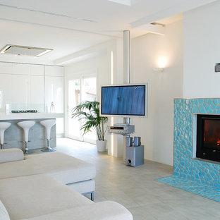 Foto di un ampio soggiorno marinaro aperto con pareti bianche, pavimento con piastrelle in ceramica, camino lineare Ribbon, cornice del camino piastrellata e parete attrezzata