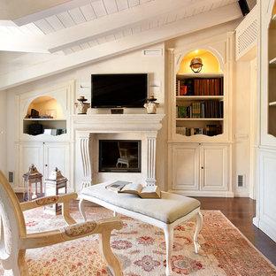 Idee per un soggiorno classico chiuso con pareti bianche, camino classico, TV a parete, parquet scuro e pavimento marrone