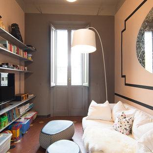 Foto de biblioteca en casa cerrada, clásica renovada, pequeña, con paredes rosas, suelo de baldosas de terracota y televisor independiente