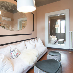 Foto de sala de estar tradicional renovada con paredes rosas y suelo de baldosas de terracota