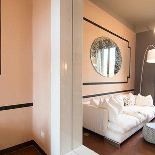 Foto de sala de juegos en casa cerrada, tradicional renovada, pequeña, con paredes rosas, suelo de baldosas de terracota y televisor independiente