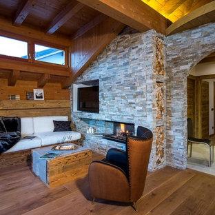 Idee per un soggiorno stile rurale di medie dimensioni e aperto con camino lineare Ribbon, cornice del camino in pietra e TV autoportante