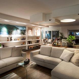 Immagine di un grande soggiorno minimal aperto con pareti bianche, parquet scuro e TV autoportante