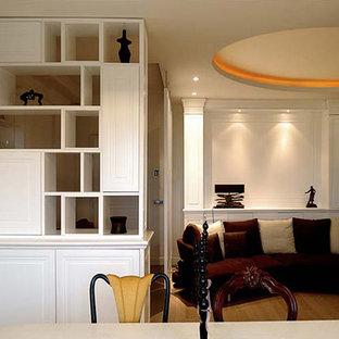 ローマの広いエクレクティックスタイルのおしゃれな独立型リビング (フォーマル、白い壁、淡色無垢フローリング、標準型暖炉、木材の暖炉まわり、壁掛け型テレビ、白い床) の写真