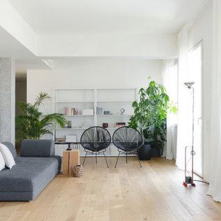 Esempio di un soggiorno moderno stile loft con pareti bianche e pavimento in legno verniciato
