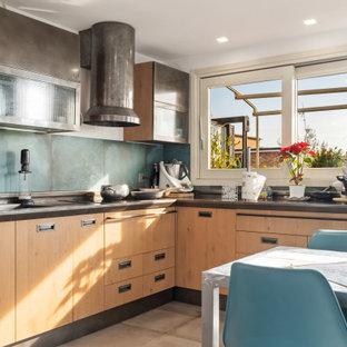 Esempio di un soggiorno minimal di medie dimensioni con pavimento in gres porcellanato e pavimento marrone