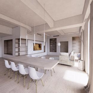 Große Skandinavische Bibliothek im Loft-Stil mit weißer Wandfarbe, braunem Holzboden, Multimediawand, braunem Boden, eingelassener Decke und Wandpaneelen in Mailand