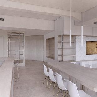 Große Nordische Bibliothek im Loft-Stil mit weißer Wandfarbe, braunem Holzboden, Multimediawand, braunem Boden, eingelassener Decke und Wandpaneelen in Mailand