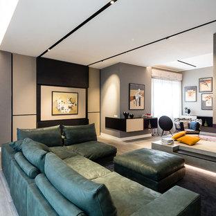 ミラノの巨大なエクレクティックスタイルのおしゃれなLDK (黒い壁、濃色無垢フローリング、両方向型暖炉、コンクリートの暖炉まわり、壁掛け型テレビ、グレーの床) の写真