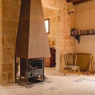 カターニア/パルレモの地中海スタイルのおしゃれなファミリールーム (ベージュの壁、薪ストーブ) の写真