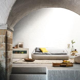 На фото: гостиные комнаты в современном стиле с белыми стенами