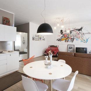 Idee per un soggiorno minimal di medie dimensioni e aperto con pareti bianche, parquet chiaro e TV autoportante