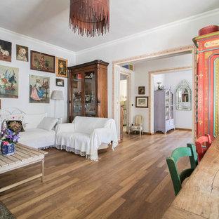 Ispirazione per un soggiorno country chiuso con pareti bianche, pavimento in legno massello medio e pavimento marrone