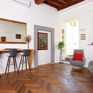 Immagine di un grande soggiorno boho chic chiuso con pavimento in legno massello medio, pareti bianche e pavimento marrone
