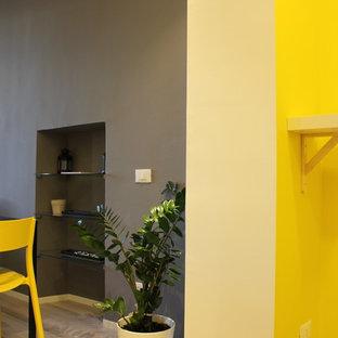 Esempio di un piccolo soggiorno scandinavo aperto con pareti gialle e pavimento in laminato