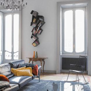 Idee per un soggiorno design con pavimento in legno massello medio e pareti bianche