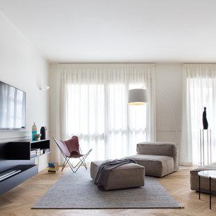 Foto di un soggiorno design aperto con pareti bianche, parquet chiaro, nessun camino e TV a parete