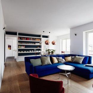 Foto di un soggiorno design aperto con pareti bianche, pavimento in legno massello medio e pavimento marrone