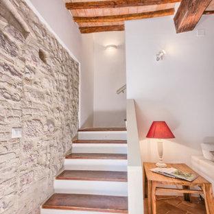 Ispirazione per un soggiorno stile shabby di medie dimensioni con pareti bianche, pavimento in terracotta, camino classico e cornice del camino in pietra