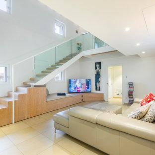 Esempio di un soggiorno contemporaneo aperto con pareti bianche, nessun camino, TV autoportante e pavimento beige