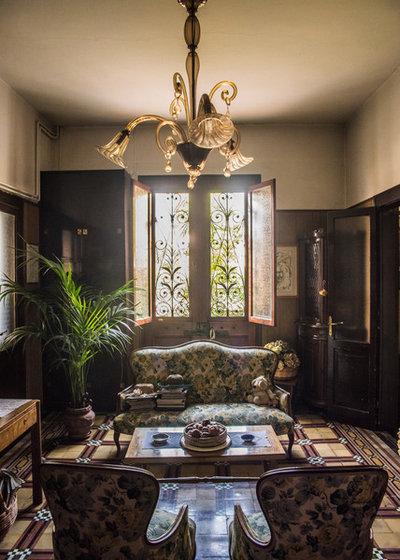 Traditional Family Room by Giacomo Cosua
