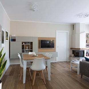 Ispirazione per un soggiorno contemporaneo di medie dimensioni e aperto con pareti beige, pavimento in gres porcellanato, camino ad angolo, TV a parete e pavimento marrone