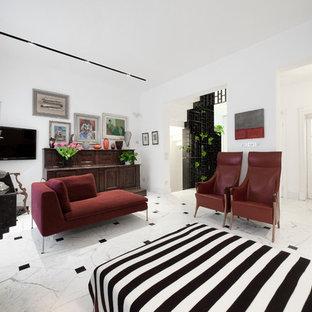Idee per un grande soggiorno minimal aperto con pareti bianche, pavimento in marmo e TV a parete