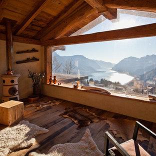 Imagen de sala de estar cerrada, rural, con suelo de madera oscura