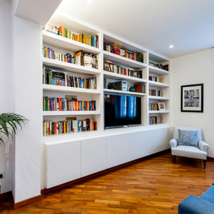 Foto di un soggiorno design con pareti bianche, pavimento in legno massello medio, parete attrezzata e pavimento marrone