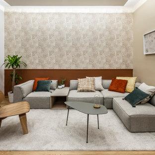 Esempio di un soggiorno design di medie dimensioni e aperto con pareti beige, pavimento in legno massello medio, pavimento marrone e carta da parati
