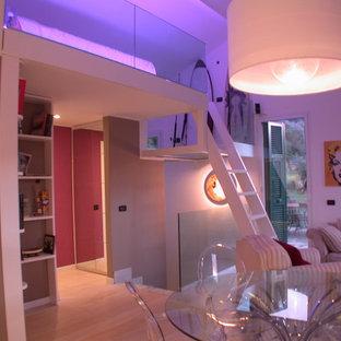 Immagine di un soggiorno stile marinaro di medie dimensioni e aperto con parquet chiaro e pavimento bianco