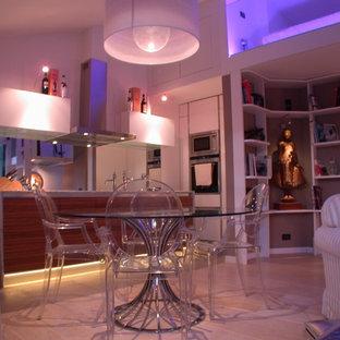 Mittelgroßes, Offenes Maritimes Wohnzimmer mit hellem Holzboden und weißem Boden in Sonstige