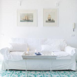 ローマの小さいビーチスタイルのおしゃれなLDK (白い壁、セラミックタイルの床、テレビなし、緑の床) の写真