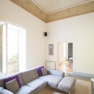 カターニア/パルレモの中サイズのミッドセンチュリースタイルのおしゃれな独立型リビング (白い壁、大理石の床、暖炉なし、埋込式メディアウォール、黄色い床) の写真