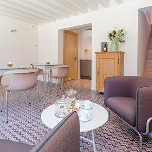 Immagine di un soggiorno mediterraneo con sala formale, pareti bianche, pavimento con piastrelle in ceramica e pavimento rosso