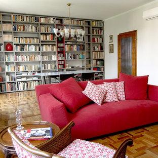 Idee per un soggiorno contemporaneo di medie dimensioni e aperto con libreria, pavimento marrone, pareti bianche e pavimento in legno massello medio