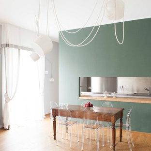 Idee per un soggiorno minimal di medie dimensioni e aperto con pareti verdi e parquet chiaro