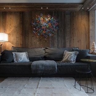 Immagine di un soggiorno stile rurale con pareti marroni, pavimento in legno massello medio, pavimento marrone e pareti in legno
