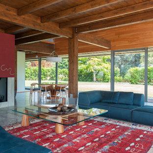 Foto di un grande soggiorno contemporaneo aperto con pavimento in marmo, cornice del camino in pietra, TV autoportante, camino lineare Ribbon e pavimento grigio