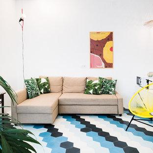 Esempio di un soggiorno mediterraneo con pareti bianche, nessun camino e pavimento blu