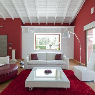 Ispirazione per un soggiorno minimal con pareti rosse, parquet chiaro e sala formale
