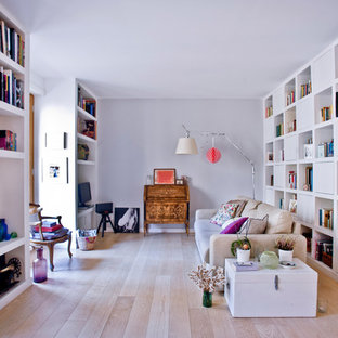 Foto di un soggiorno scandinavo di medie dimensioni e aperto con libreria, pareti grigie, parquet chiaro, TV autoportante e pavimento beige