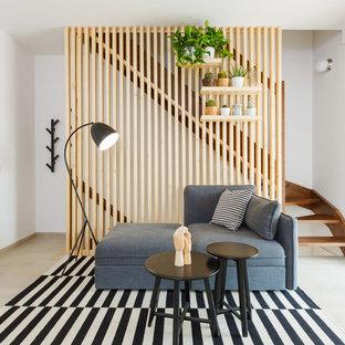 Esempio di un piccolo soggiorno nordico aperto con pareti bianche, parquet chiaro, nessun camino, TV autoportante e pavimento beige