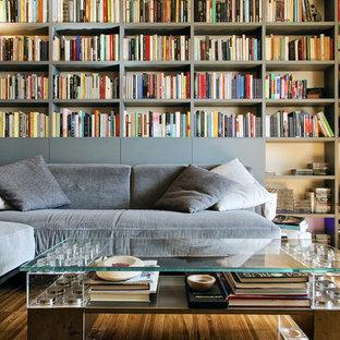Foto di un soggiorno design di medie dimensioni e chiuso con libreria, nessun camino, nessuna TV, pareti grigie e parquet scuro