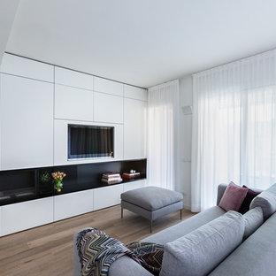 Esempio di un soggiorno minimalista di medie dimensioni con pareti bianche, parete attrezzata, pavimento in legno massello medio, camino lineare Ribbon e pavimento marrone