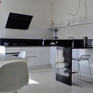 Immagine di un piccolo soggiorno contemporaneo aperto con pareti bianche, pavimento in legno verniciato, camino bifacciale e pavimento bianco