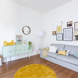 Ejemplo de salón abierto, escandinavo, de tamaño medio, con paredes blancas, suelo de madera en tonos medios, televisor colgado en la pared y suelo marrón