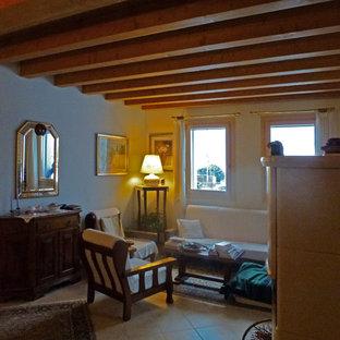 Idee per un soggiorno tradizionale di medie dimensioni e aperto con libreria, pareti verdi, pavimento in legno verniciato, porta TV ad angolo e pavimento turchese